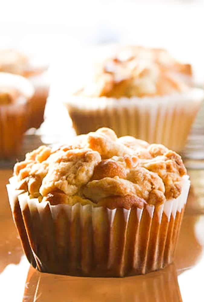 Apple Streusel Muffins filled with sweet apples and a crunchy and delicious topping!