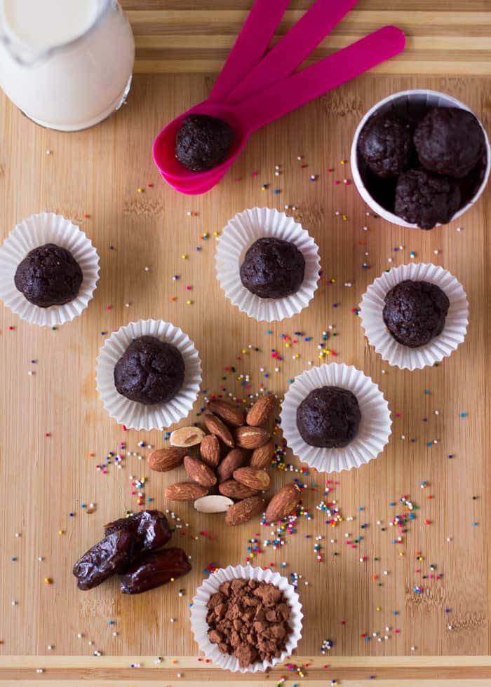 Raw Brownie Bites that are the vegan, sweet and taste just like brownies! #vegan #browniebites #glutenfree #healthy
