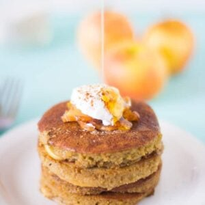 Flourless Apple Pie Pancakes are made with ground oats, filled with delicious caramelised apples and so healthy! #breakfast #healthy #flourless #applepie