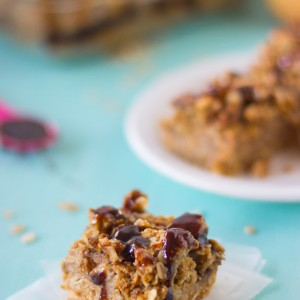 Vegan Salted Caramel Apple Oatmeal Bars are a delicious combination of sweet and salty, healthy and are gluten free! #vegan #saltedcaramel #fall #apple #bars