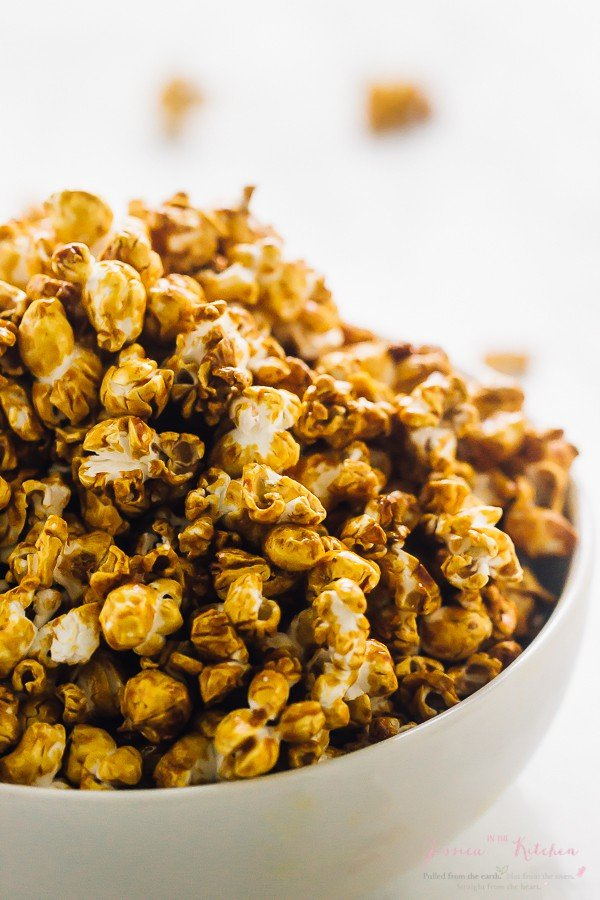 This Vegan Caramel Popcorn is healthy & made with 7 ingredients in just 25 minutes. It's SO addictive, really easy to make and perfect for parties or gifts! via https://jessicainthekitchen.com