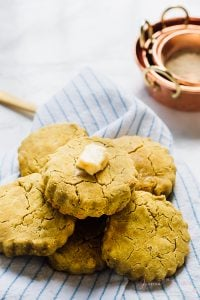 These Vegan Biscuits are made with only 7 ingredients! They are made with coconut oil, are gluten free and are fluffy and delicious! via https://jessicainthekitchen.com