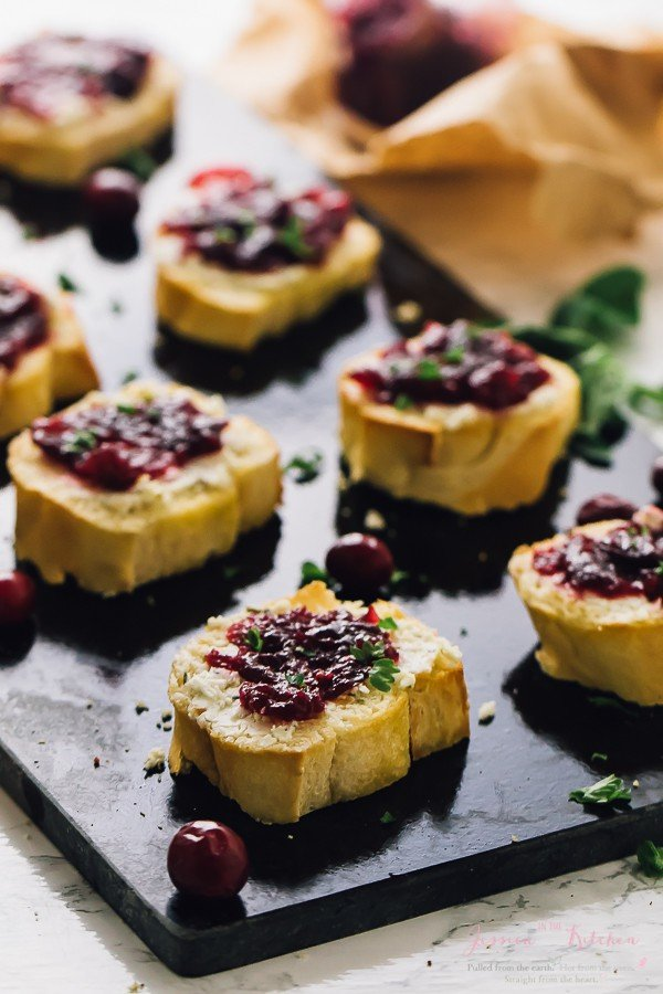 This Cranberry Goat Cheese Crostini is a super quick and easy 10-minute appetiser that's bound to please your guests! It's great for using up leftover cranberry sauce! via https://jessicainthekitchen.com