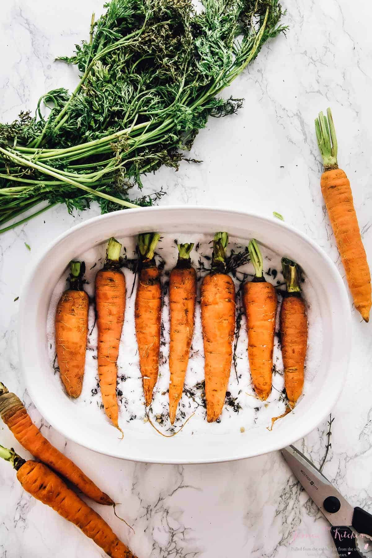 These Salt Roasted Carrots are a MUST try! The roasted carrots are perfectly seasoned, beautifully caramelised, and taste absolutely divine! So easy, and you can roast more veggies in the salt! via https://jessicainthekitchen.com