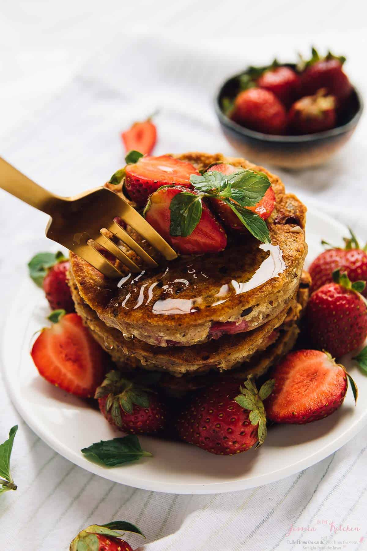 These Fluffy Vegan Strawberry Pancakes are an easy and quick breakfast! They freeze so well, are gluten free and great for meal prep! via https://jessicainthekitchen.com