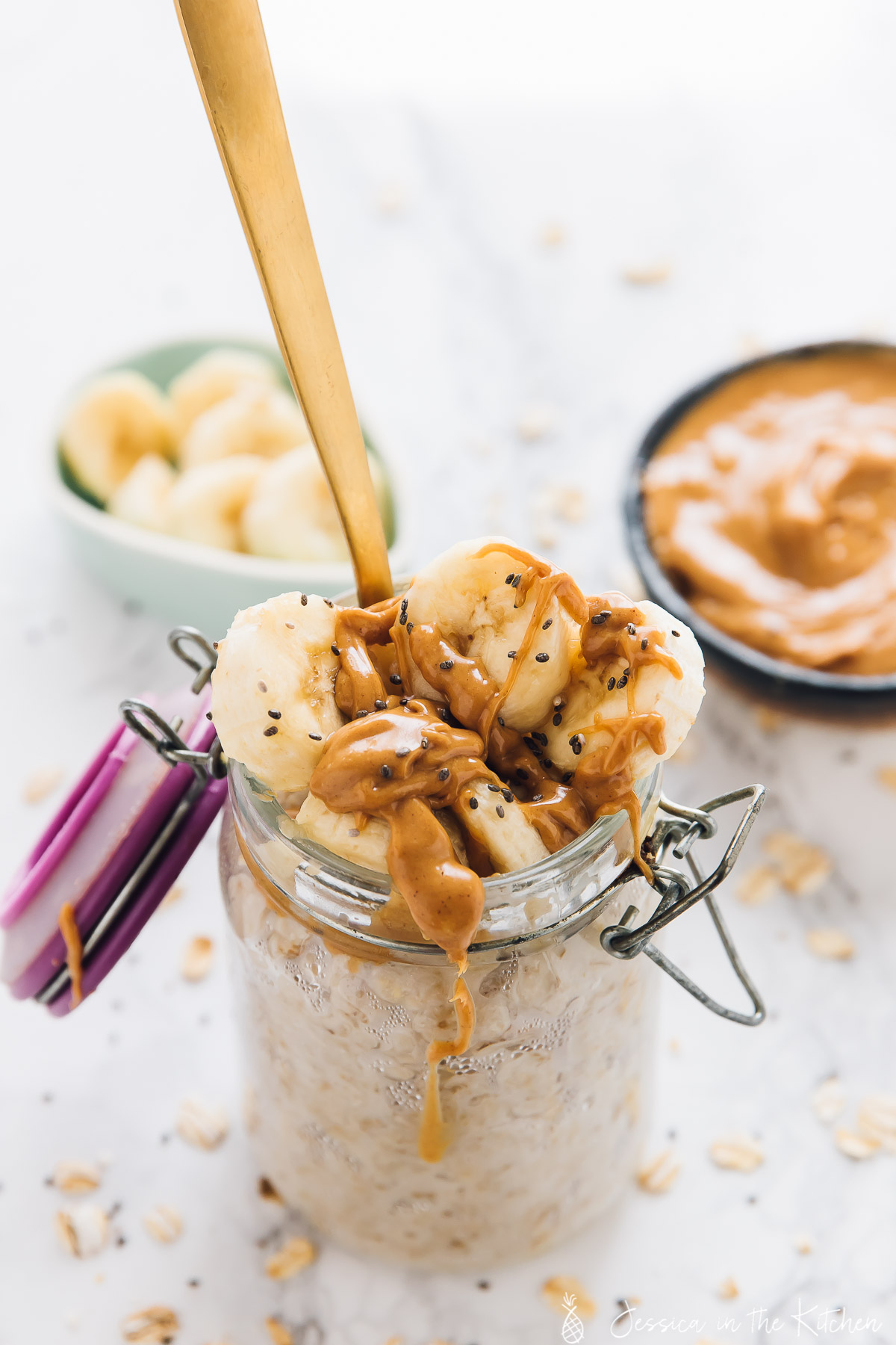 I love how easy these Peanut Butter Banana Overnight Oats are to make! They take 5 minutes to prep, and are made overnight in your fridge! via https://jessicainthekitchen.com