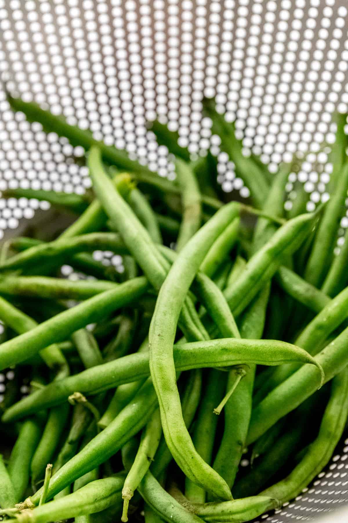 Green beans in a colander.