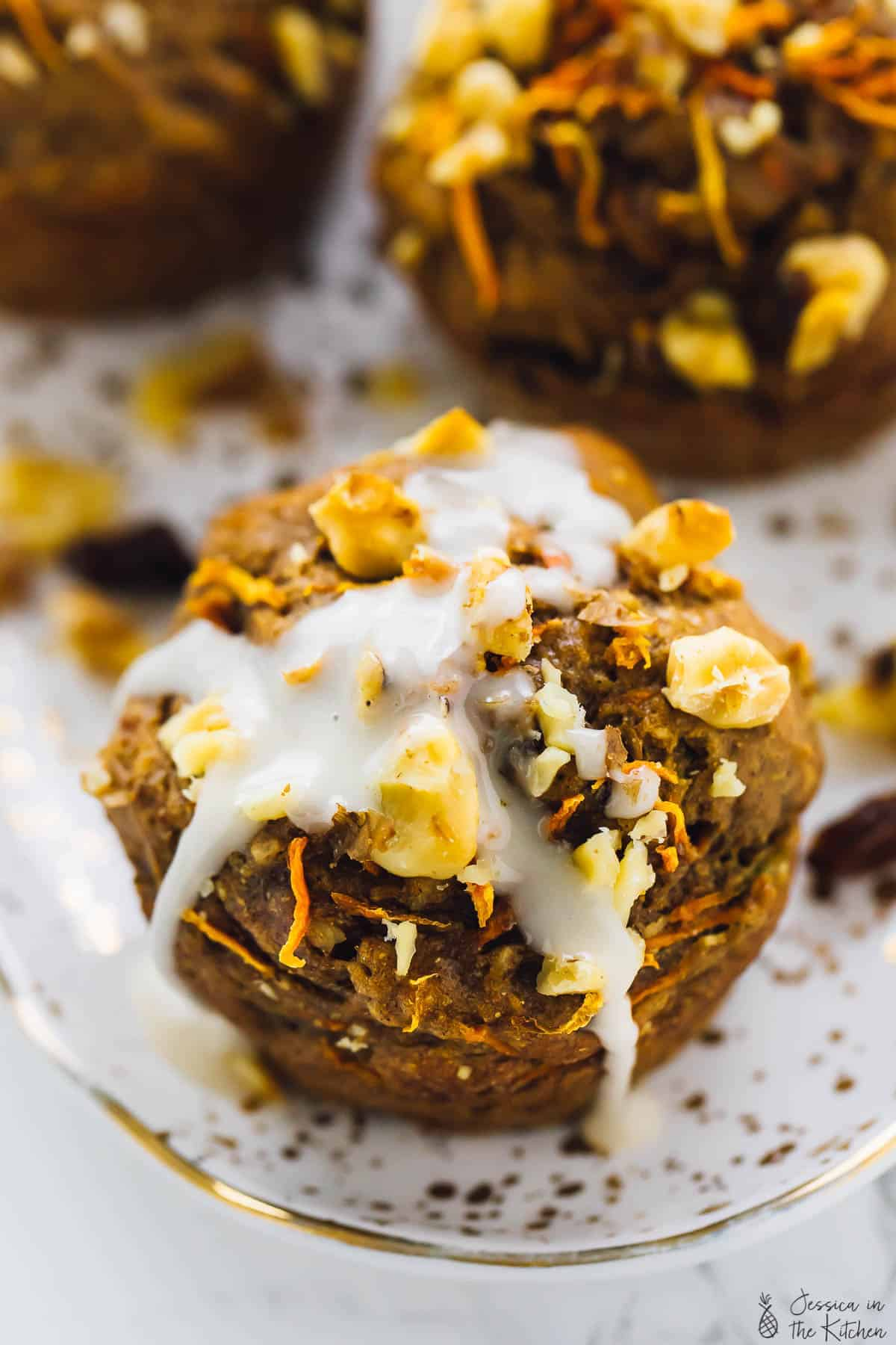 These Carrot Cake Muffins bake up in just 30 minutes and are absolutely fantastic! They are moist, delectable and vegan and gluten free! via https://jessicainthekitchen.com