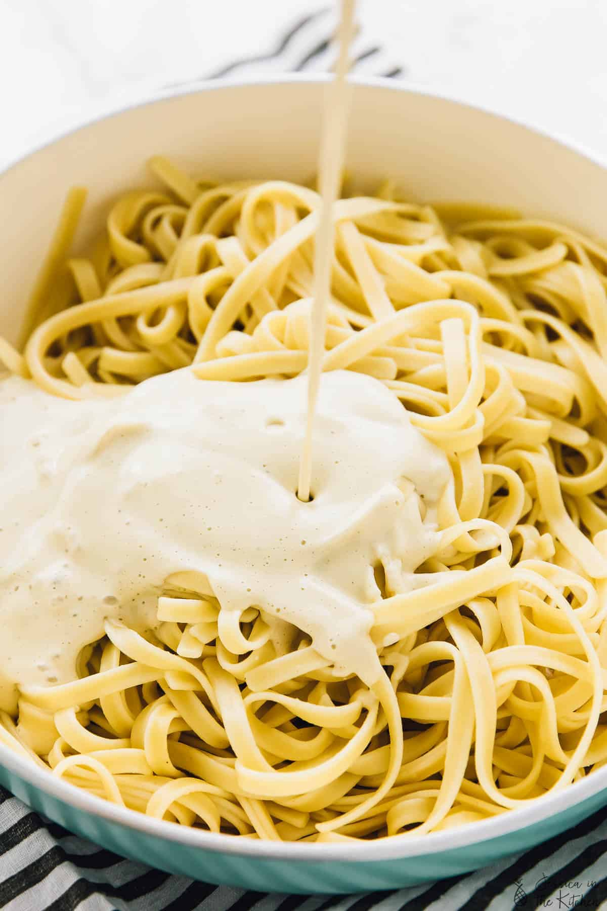 This Vegan Garlic Alfredo Pasta is such a creamy and cheesy weeknight dinner! It's absolutely decadent, made with a cashew cream sauce, and the sauce is made easily in your blender! via https://jessicainthekitchen.com