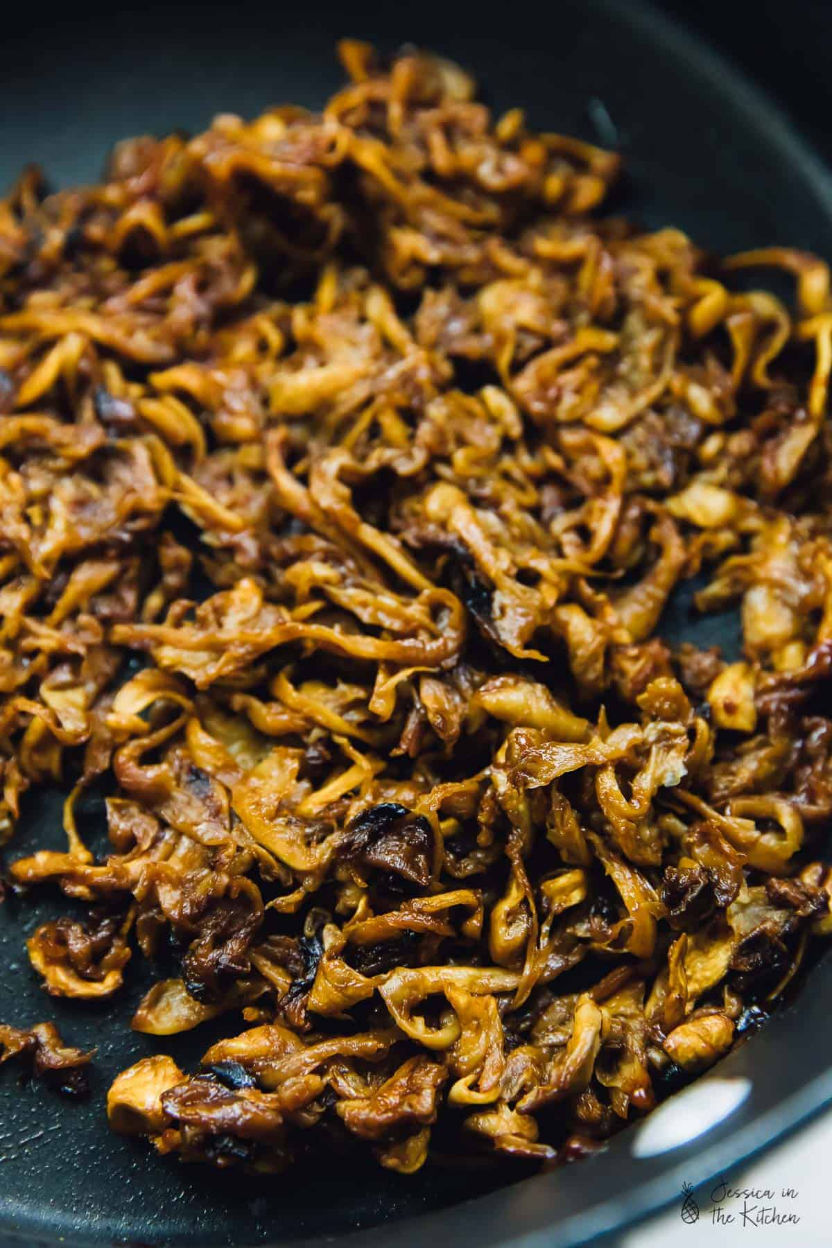 These Vegan Pulled 'Pork' Sandwiches are mind-blowingly satisfying! They are smoky, hearty, packed with the umami flavour of Oyster Mushrooms, and so quick and easy to whip up! #jessicainthekitchen #vegan #glutenfree #mushrooms #veganpulledpork #vegandinner #dinnerrecipes