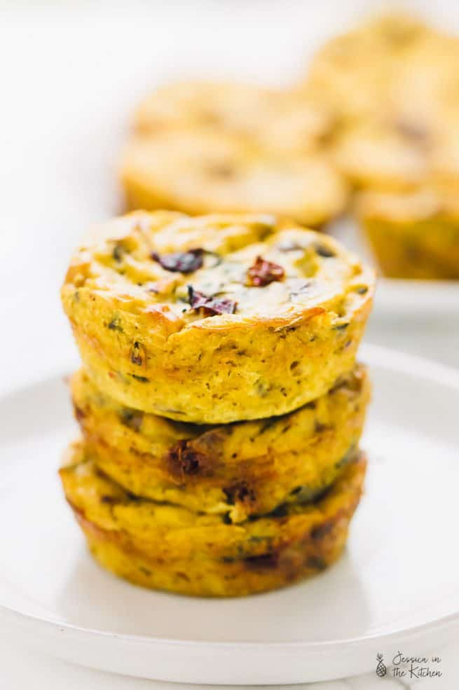 These Vegan Quiche Muffins Sun-Dried Tomatoes and Spinach are my current go to breakfast and lunchbox snack! They are loaded with protein and so much flavour! via https://jessicainthekitchen.com