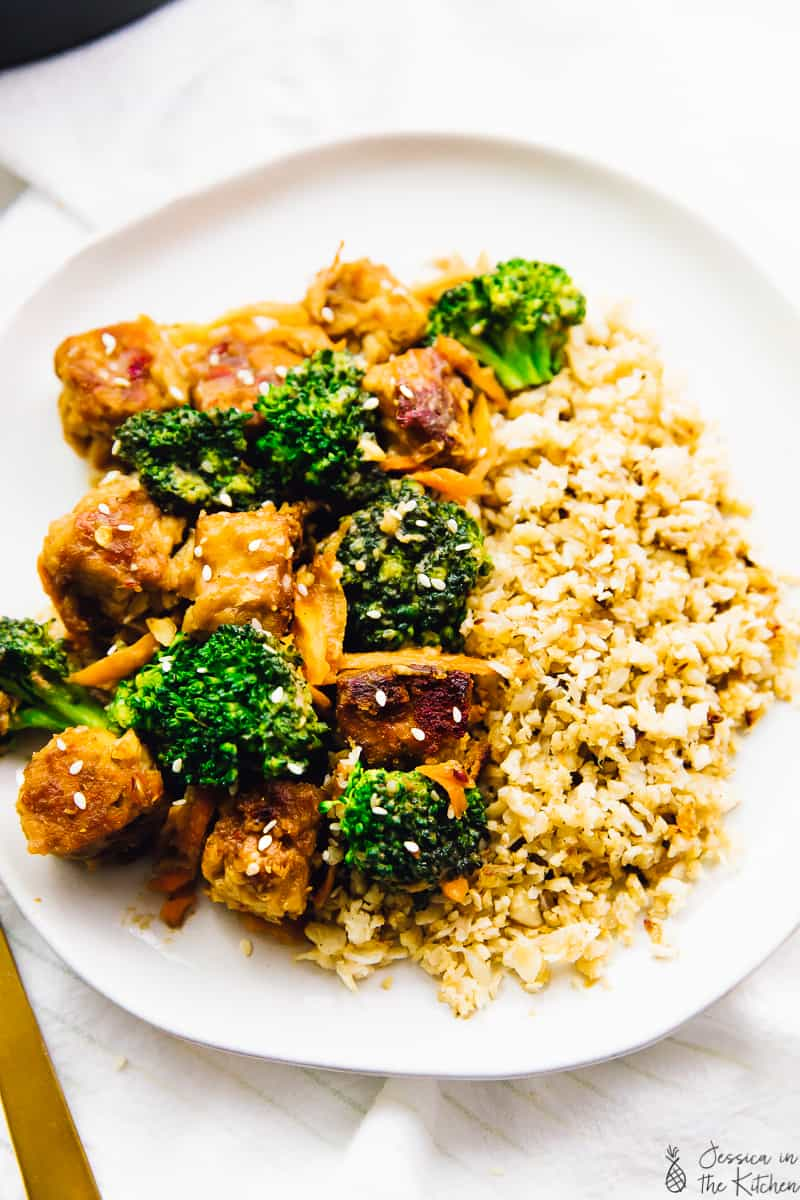 This Tempeh Stir Fry with Peanut Ginger Sauce is done in 35 minutes & perfect for a weeknight meal! A great meal prep option, and so delicious! via https://jessicainthekitchen.com
