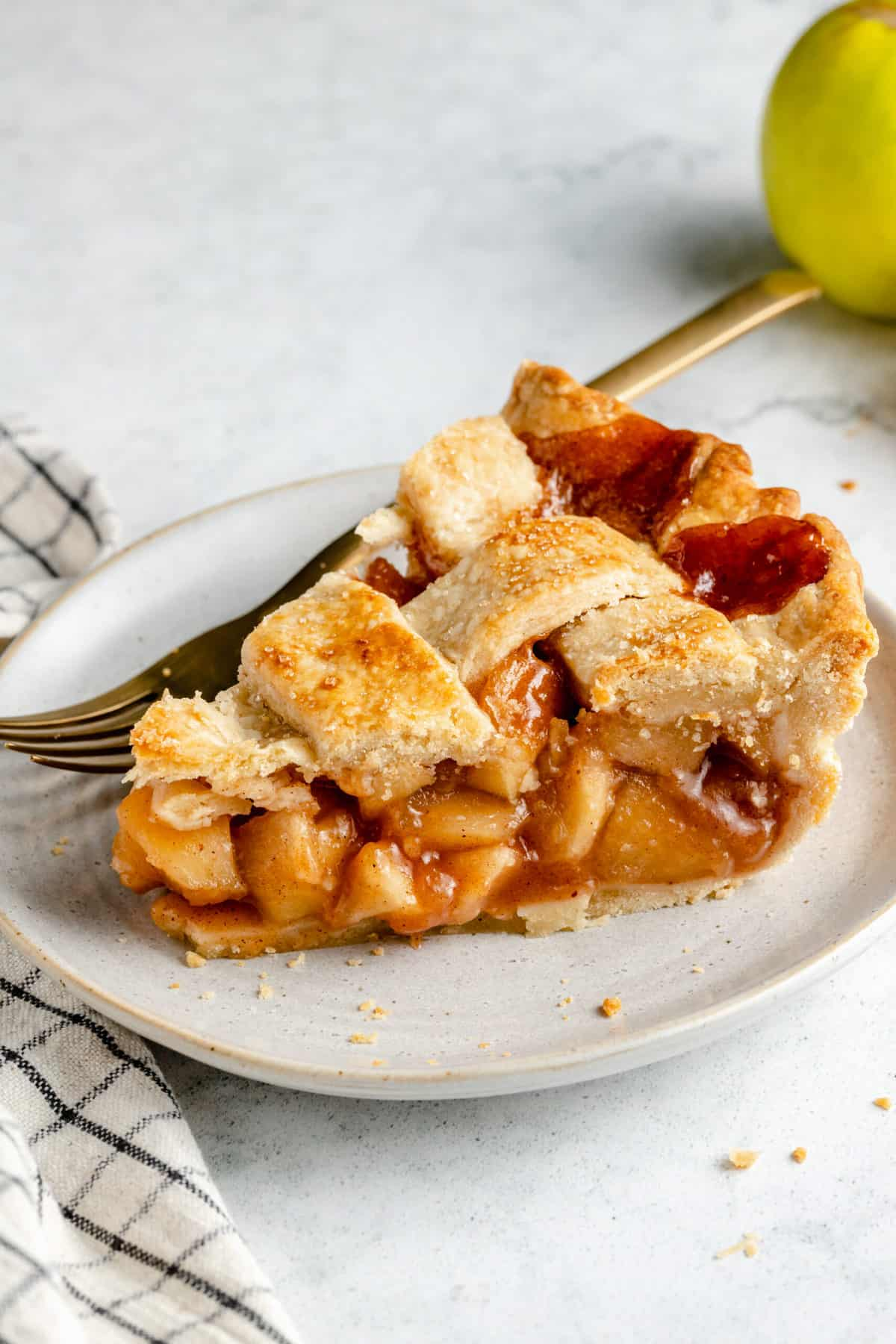 Apple pie slice on a plate.